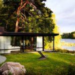 บ้านตากอากาศสไตล์โมเดิร์น ออกแบบด้วยโครงสร้างเหล็ก ตกแต่งด้วยไม้และกระจก มีตัวบ้านขนาดเล็กกะทัดรัด
