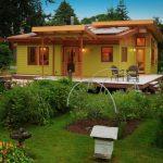 บ้านไม้สไตล์เคบิน ดีไซน์ทันสมัย โทนสีสะดุดตา มาพร้อมเฉลียงรอบบ้าน