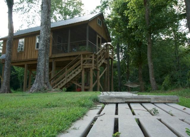 wooden cottages house on stilts 1 bathroom (3)