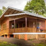 บ้านปูนยกพื้นสูง แต่งผนังไม้สวย ดีไซน์แบบธรรมชาติ มีเฉลียงกว้างรับลมเย็นสบาย