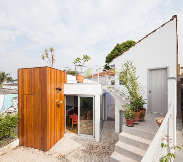 2-storey-modern-house-with-cement-and-paintings-wall-1