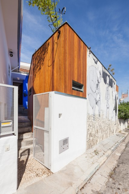 2-storey-modern-house-with-cement-and-paintings-wall-10