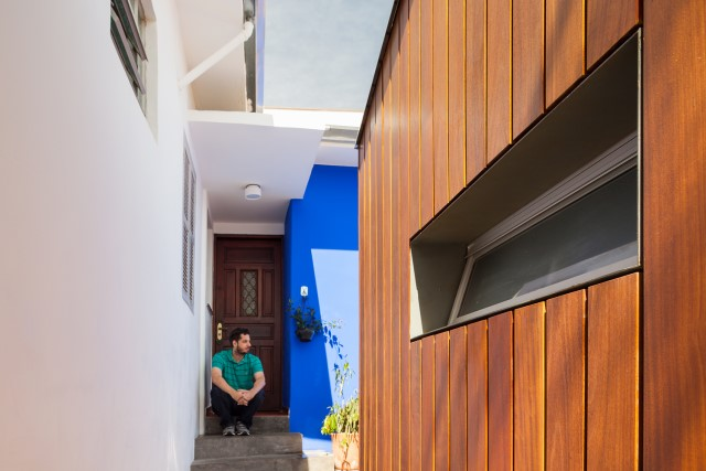 2-storey-modern-house-with-cement-and-paintings-wall-11