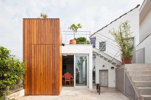 2-storey-modern-house-with-cement-and-paintings-wall-4