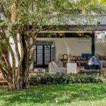 แบบบ้านสองชั้นบรรยากาศในสวน ตกแต่งด้วยวัสดุผสมผสาน พร้อมสัมผัสความโปร่งโล่งที่เป็นธรรมชาติ