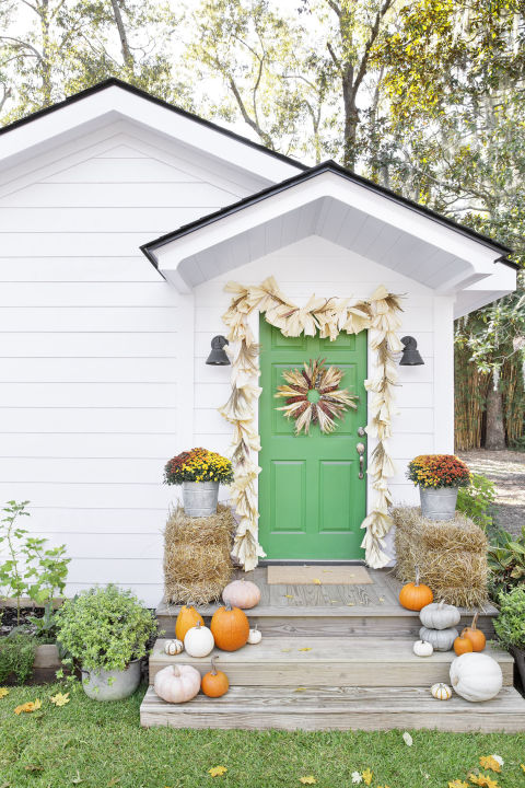 32-cozy-porch-decoration-ideas-for-autumn-32