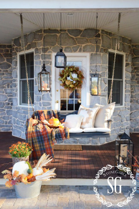 32-cozy-porch-decoration-ideas-for-autumn-7