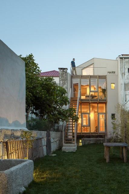 classic-townhomes-renovate-to-minimalist-style-loft-3