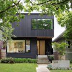 บ้านโมเดิร์นสองชั้นโทนสีดำ มาพร้อมสวนหย่อมร่มรื่น ภายในใช้การตกแต่งแบบงานไม้มินิมอล