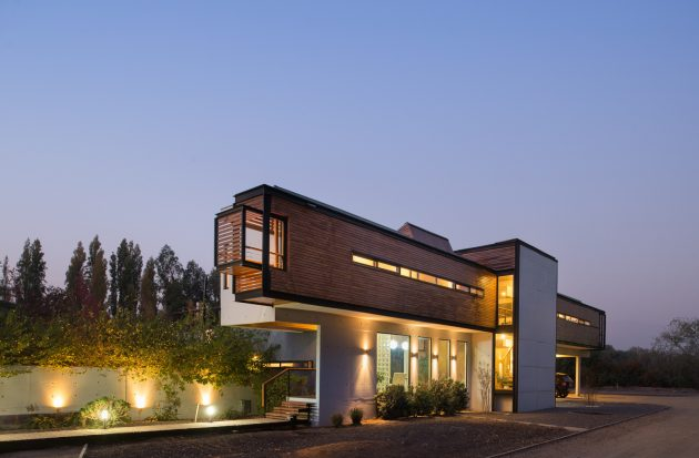 modern-villa-house-materials-of-steel-wood-and-cement-8