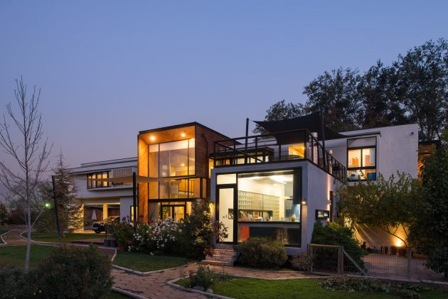 modern-villa-house-materials-of-steel-wood-and-cement-9