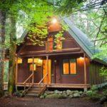 บ้านกระท่อมไม้สไตล์รัสติค ดั้งเดิมแต่มีเสน่ห์ เหมาะสร้างไว้ในสวนหรือพื้นที่ร่มรื่นกลางธรรมชาติ