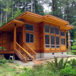 แบบบ้านไม้ยกสูงทรงโมเดิร์น เหมาะสร้างเป็นบ้านพักตากอากาศ เข้ากับวิวป่าไม้แสนร่มรื่น
