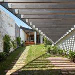 บ้านตากอากาศ รูปทรงเฉียบ ดีไซน์โปร่งโล่ง วัสดุทันสมัย ท่ามกลางสวนหย่อมแบบธรรมชาติ