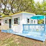 บ้านคอทเทจขนาดเล็ก ดีไซน์น่ารัก บรรยากาศอบอุ่น มาพร้อมเฉลียงสีฟ้าแสนสดใส