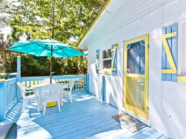 patio-cozy-blue-white-cottage-15