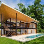 บ้านวิลล่าริมทะเล ดีไซน์โมเดิร์น โชว์งานโครงสร้างเหล็ก มาพร้อมสระว่ายน้ำ ท่ามกลางสวนป่า