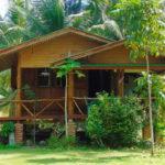 บ้านไม้กระท่อมยกพื้นสูง เรียบง่ายดั้งเดิม มีเฉลียงไว้ชมวิวชายหาด ณ บรรยากาศบนเกาะพงัน