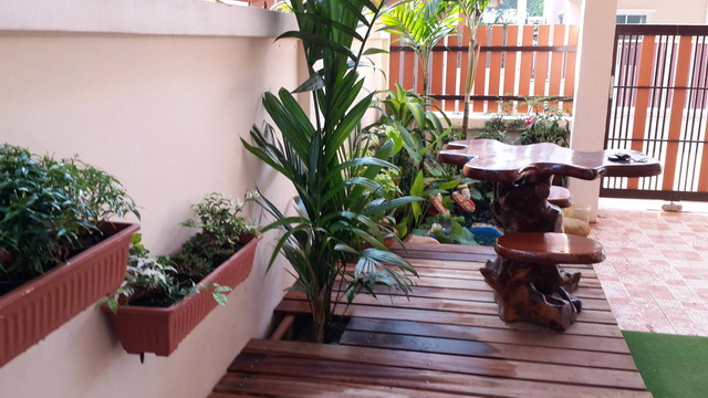 small garden besides house review (4)