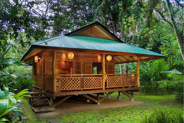 small-platform-raised-up-wooden-house-2