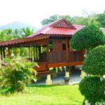 บ้านไม้ยกพื้นสไตล์ดั้งเดิม ออกแบบโปร่งโล่งรับลมเย็นสบาย เหมาะสำหรับเป็นบ้านสวนใกล้พื้นที่ธรรมชาติ