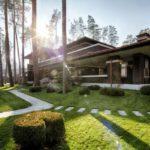 บ้านโมเดิร์นสองชั้นแบบบ้านวิลล่า ตกแต่งสวยงามด้วยงานไม้ กระจก ท่ามกลางบรรยากาศร่มรื่นแบบบสวนป่า