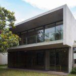 บ้านโมเดิร์นสองชั้น ตกแต่งเรียบง่าย จากปูนเปลือย ภายในมีงานไม้และเหล็ก ลงตัวแบบมินิมอลลอฟท์
