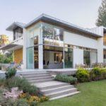 บ้านโมเดิร์นสองชั้น แบบบ้านวิลล่า ทันสมัยด้วยรูปทรงและวัสดุ สวยงามและภูมิฐาน ท่ามกลางบรรยากาศริมชายป่า