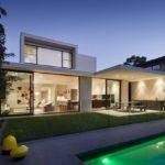 บ้านโมเดิร์นสองชั้น ออกแบบรูปทรงกล่องมาพร้อมสระว่ายน้ำขนาดกำลังดี มีความภูมิฐาน รับกับรสนิยมสมัยใหม่