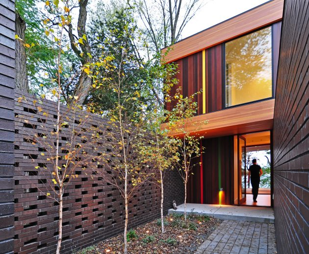 two-tone-modern-house-decorative-brick-and-wood-1