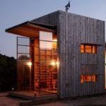 บ้านตากอากาศสไตล์เคบิน รูปทรงกล่อง วัสดุจากไม้ทั้งหลัง บรรยากาศบนเนินเขา