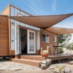 บ้านรถ วัสดุจากไม้ ในสไตล์เคบิน ดีไซน์ทันสมัย โทนสีสะดุดตา มาพร้อมเฉลียง รองรับการใช้งาน