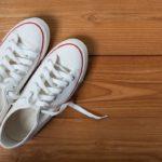 12 วิธีซักรองเท้าผ้าใบขาว ให้สะอาดเหมือนใหม่ สดใสไร้คราบเหลือง