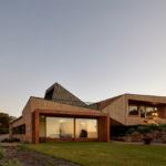 บ้านตากอากาศสไตล์โมเดิร์น รูปทรงสวยเฉียบ ที่ตกแต่งด้วยงานไม้ พร้อมบรรยากาศการพักผ่อนบนเนินเขา