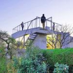 บ้านสองชั้นบนเนินเขา ดีไซน์แบบมินิมอล ผสมงานไม้เข้ากับงานเหล็ก กระจก รับการใช้งานของคนมีรสนิยม
