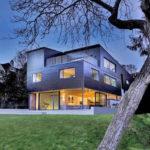 บ้านโมเดิร์นรูปทรงกล่อง ตกแต่งด้วยไม้สีเทาแบบทันสมัย สร้างเป็นบ้านตากอากาศ ท่ามกลางธรรมชาติ