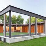 บ้านตากอากาศสไตล์วิลล่า มาพร้อมไอเดียสร้างสนามหญ้า และสระว่ายน้ำกลางบ้าน