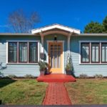 บ้านไม้สไตล์คอจเทจ โทนสีฟ้าสบายตา ขนาดพอดีๆกับครอบครัวแรกเริ่ม ไอเดียที่รับกับบ้านสวน บ้านตากอากาศ