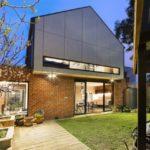 บ้านโมเดิร์น ออกแบบให้มีกลิ่นอายของบ้านร่วมสมัย ตกแต่งด้วยอิฐโชว์แนว เหล็ก ไม้ และสวนหย่อมร่มรื่นกลางตัวบ้าน