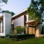 บ้านโมเดิร์นขนาดกลาง โทนสีเทา ขาว ดำ วัสดุตกแต่งเพิ่มเติมด้วยไม้ หิน เหล็ก สวยงามในจังหวะและรูปทรงของบ้าน