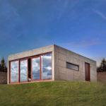 บ้านโมเดิร์นจากปูนเปลือย ทรงกล่องสี่เหลี่ยม ตกแต่งน้อย ฟังก์ชันน้อย รับกับแบบบ้านสวน บ้านตากอากาศ