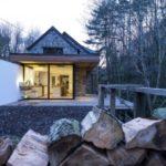 บ้านตากอากาศสไตล์ร่วมสมัย วัสดุจากไม้ผสมโครงเหล็ก สร้างความสุขที่อิงแอบไปกับธรรมชาติ