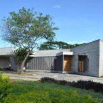 บ้านตากอากาศสไตล์โมเดิร์น รูปทรงสวยเฉียบ วัสดุจากคอนกรีต บล็อก และอิฐ