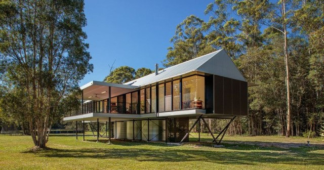 บ้านสวนสไตล์โมเดิร์น โครงสร้างเหล็ก ยกพื้นสูง ออกแบบแนวยาว