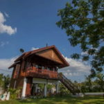 บ้านไม้ยกพื้นสูง กลิ่นอายไทยประยุกต์ สวยงามด้วยศิลปะและดีไซน์แบบดั้งเดิม