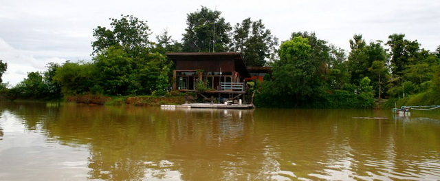 modern-lean-to-riverside-house-review-1