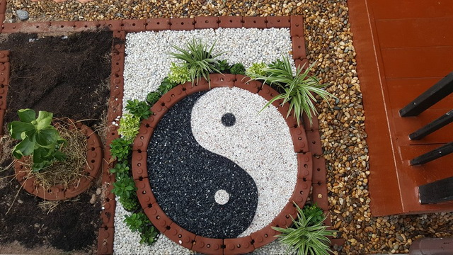 small-garden-and-stamp-concrete-path-review-34