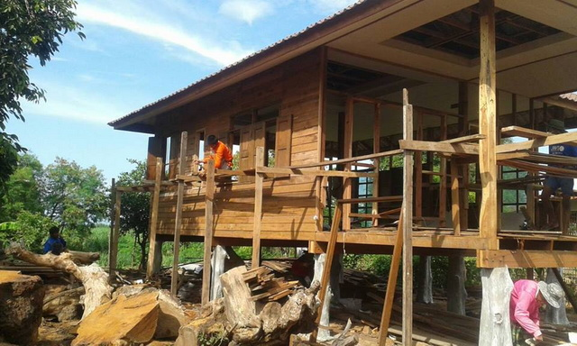 small-wood-raised-up-house-in-countryside-review-10
