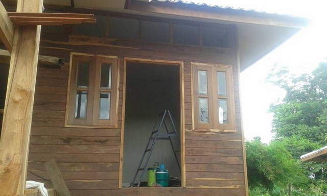 small-wood-raised-up-house-in-countryside-review-13
