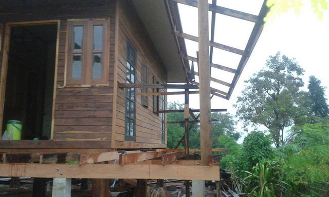 small-wood-raised-up-house-in-countryside-review-23